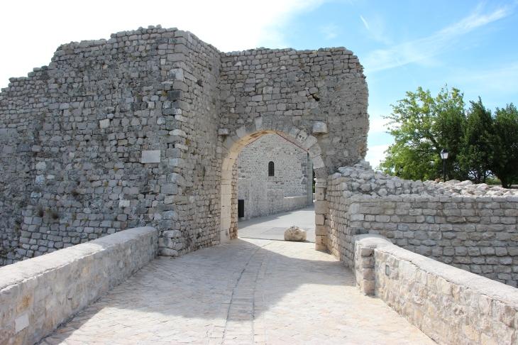 Upper gate